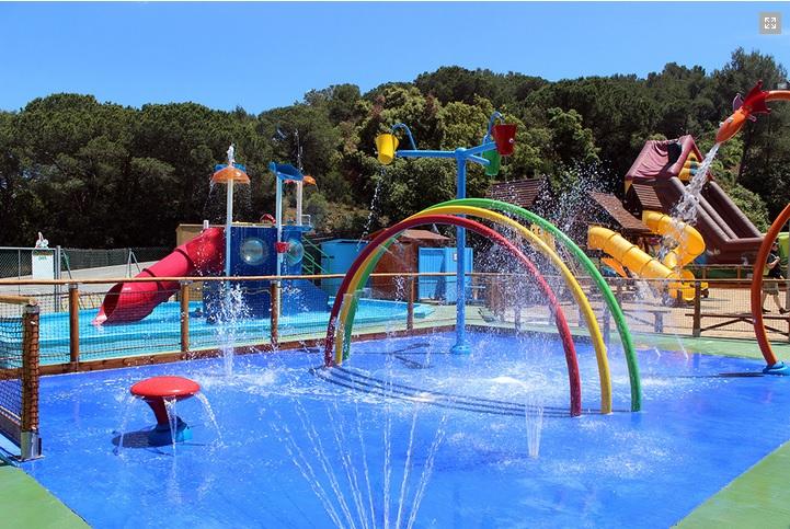 1.Детский парк, состоящий из 2 частей.  Первая летняя зона – это надувные горки и батуты, водные развлечения у бассейна и мини-ферма с птицами. Во второй закрытой зоне дети могут поиграть с различными игровыми установками, в творческой мастерской или просто отдохнуть за просмотром мультфильмов. 2.Мини-гольф. Это прекрасная игра на свежем воздухе подойдет для всей семья. Мини-гольф состоит из 2 дорожек, каждая из которых имеется 18 лунок. 3.Арбра Авентура. Это зона приключений подойдет для детей от 7 лет и  родителей. Здесь  можно вскарабкаться по подвесным лестницам и канатам вверх по местности и пройти предложенные маршруты, преодолевая немало препятствий. Сделать это не так просто, как может показаться, но вы сможете прекрасно провести время. 4.Интерактивные игры. Это помещение, оборудованное игровыми автоматами для детей: футбол, бильярд, видеоигры, мини-боулинг и т.д. 5.Ресторан Гномопарк Большой ресторан с несколькими террасами и вместительностью до 180 человек. Здесь можно отлично подкрепиться и отдохнуть после всех вышеперечисленных развлечений.  Вас ждем обширное меню и хорошая кухня. Также в ресторане можно отметить День рождения ребенка, который он вряд ли когда-нибудь забудет.